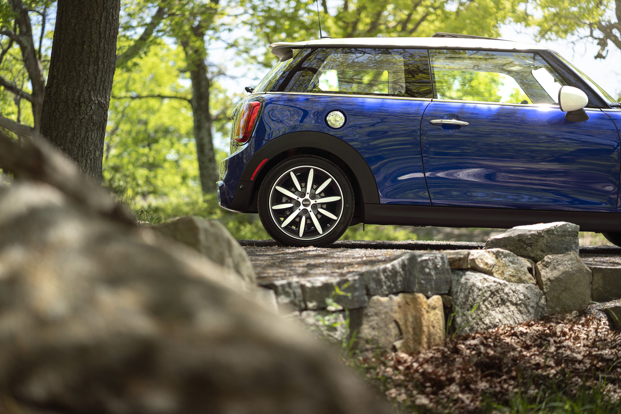Blue MINI hardtop at New York's Bear Mountain State Park